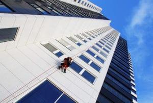 Yrkesklättrare arbetar på fasad.