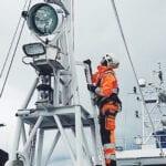 Fallskydd installeras för arbete på hög höjd på Kustbevakningens fartyg