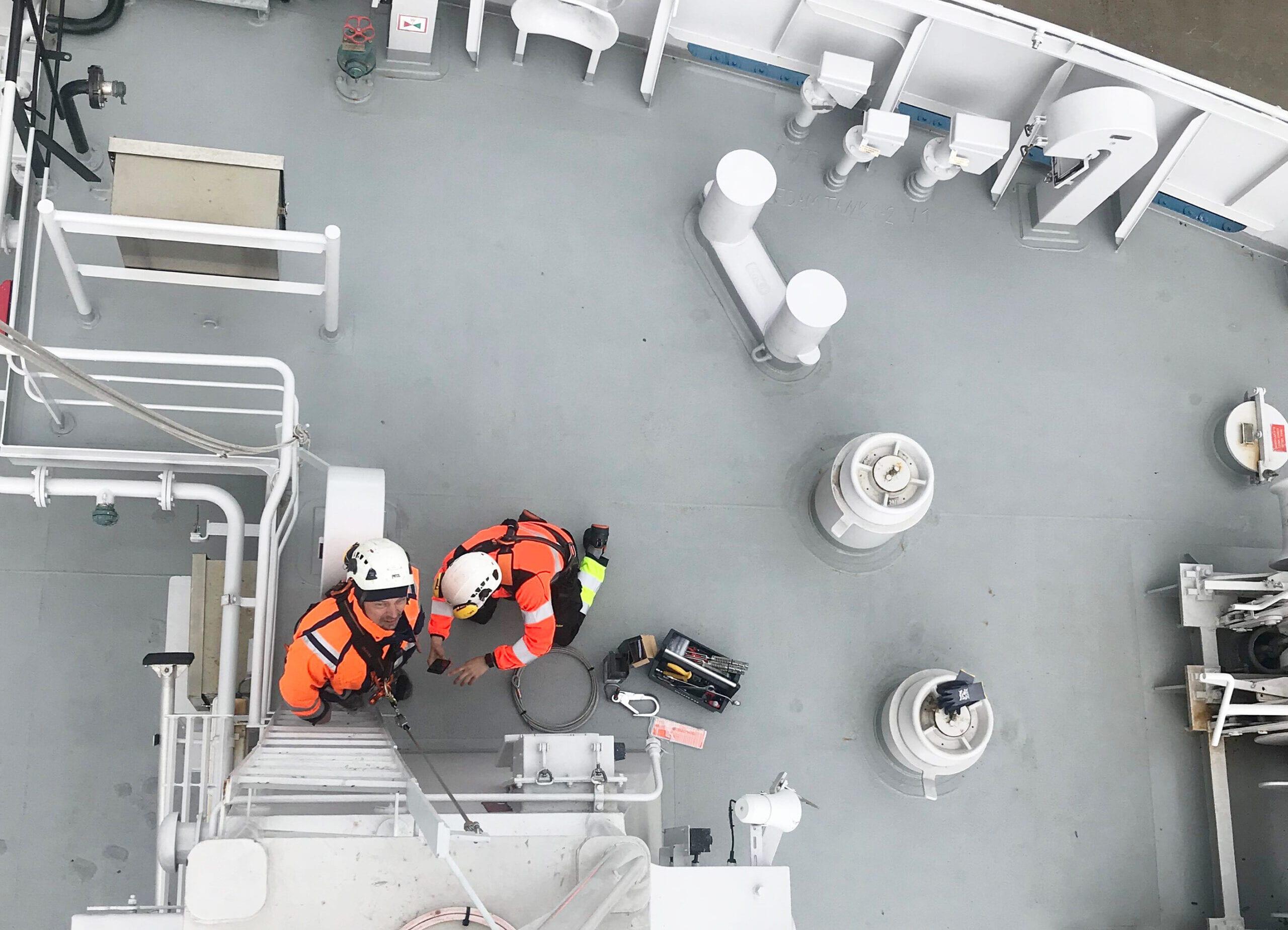 Fallskydd installerad vid brant trappa på båt.
