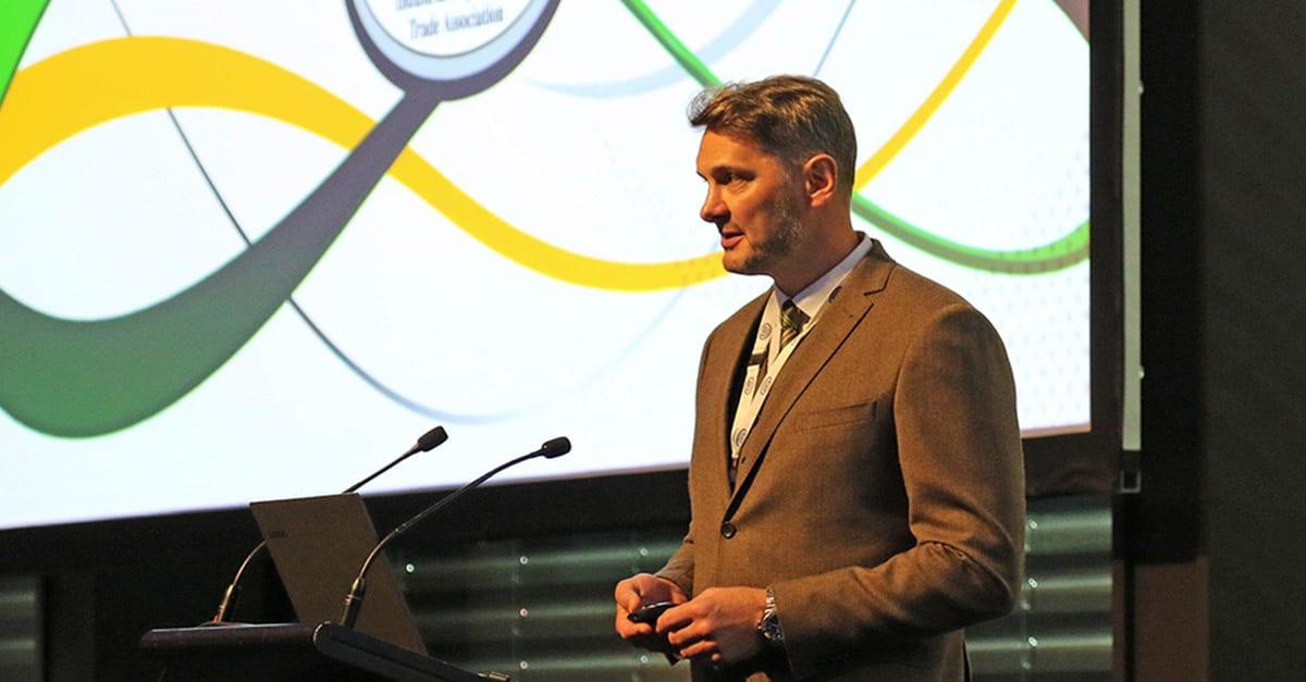 Nigel Craig håller presentation på IRATA konferens