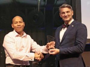 Nigel Craig mottar Graham Burnett Volunteer of the Year Award