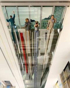 Installation av konstverk på Karolinska sjukhuset genom reparbete och lyftredskap