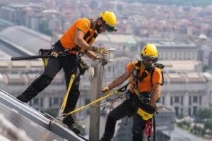 Guide – hitta rätt fallskydd. Behöver du ett fallskyddssystem som är fallhindrande eller falldämpande?