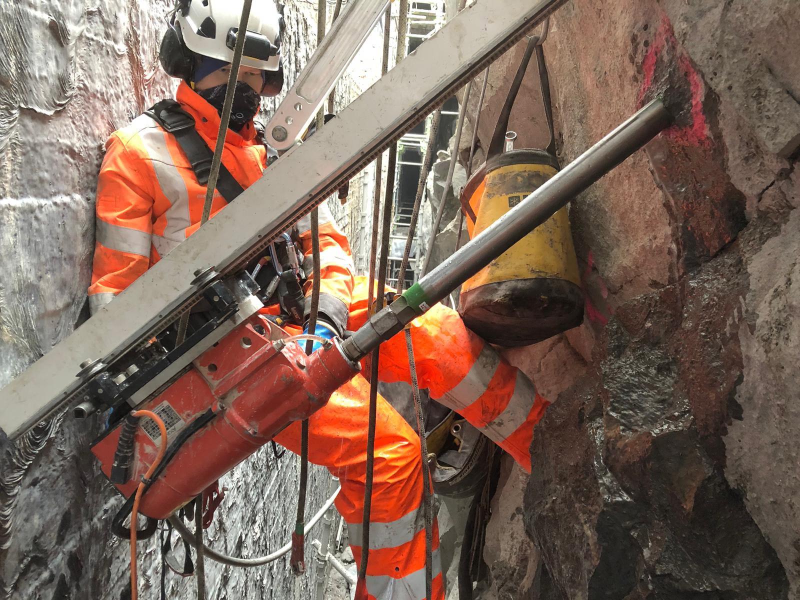 Bergsäkring vid Slussen med reparbete som accessmetod. Vi besiktigade, skrotade, bultade och nätade.