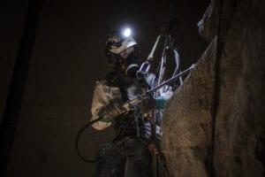 Reparbete, yrkesklättring - effektiv metod för bergssäkring. VI skrotar, bultar, borrar, nätar och installerar fallskyddsnät. Klätterteknik