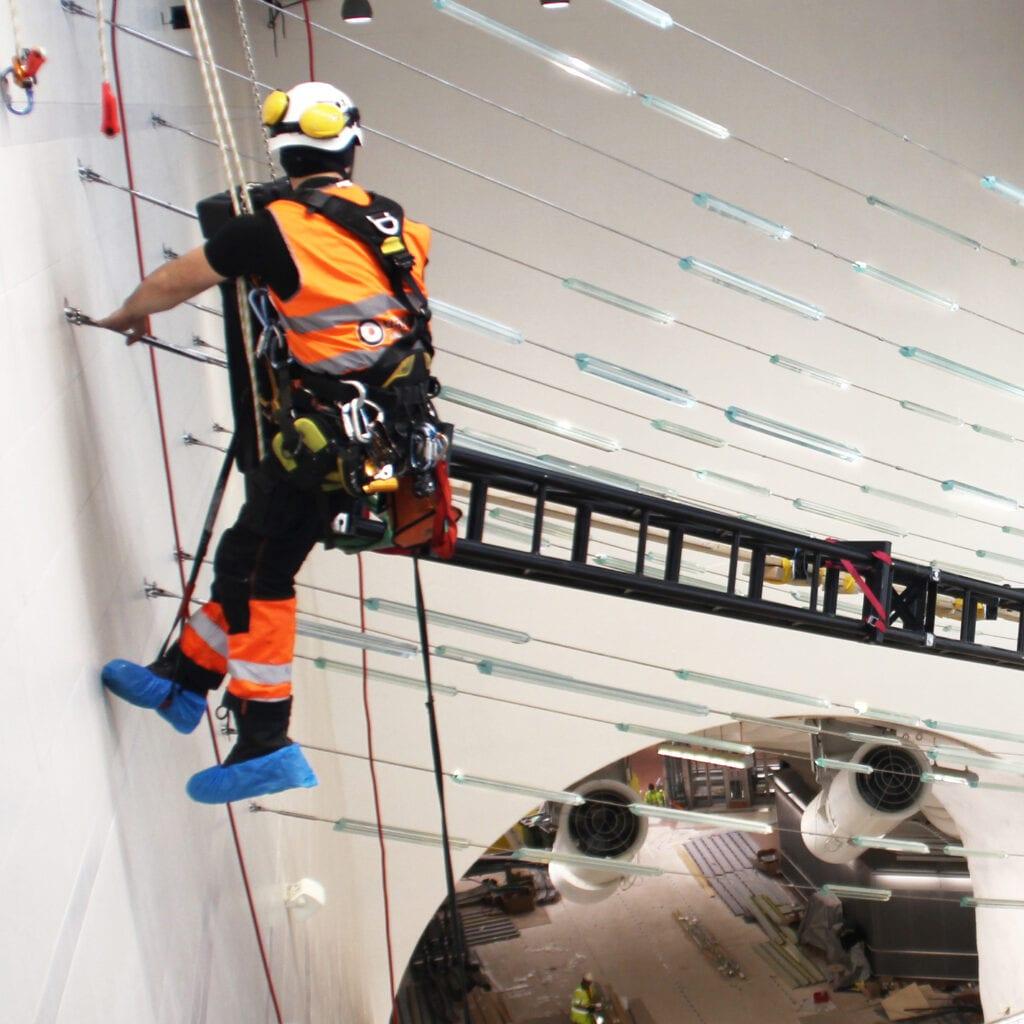 Reparbete och tunga lyft vid montage och underhåll av konstverk i Stockholm City